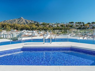 ALB205- Luxury 3 bedroom apartment Nueva Andalucia