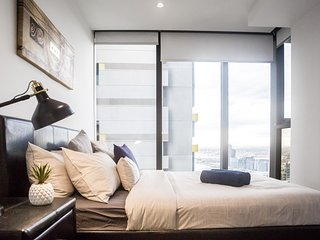 COZY CBD Suite on LONSDALE with a VIEW + FREE WiFi