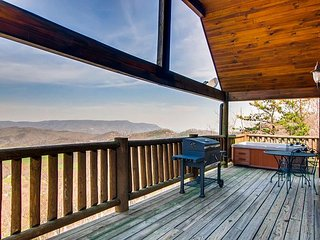 Secluded Studio Cabin, HIKERS Paradise, GSMNP, Amazing Valley View, HOT TUB
