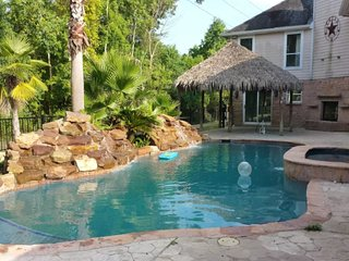 Back Yard Vacation Oasis with Pool/Hot Tub 4BR 3FB
