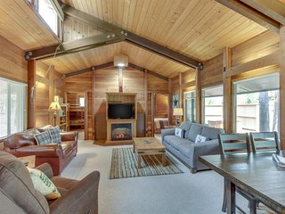 Cozy cabin w/ private hot tub, entertainment & SHARC passes - dogs ok!