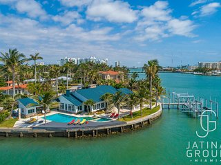 One of a kind Waterfront Mansion, 270 Views open Bay! Sleeps 14 people
