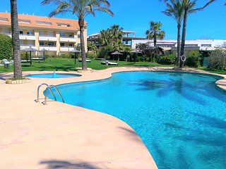 Lovely 2 bedroom apartment near the beach with private parking and fibre wifi