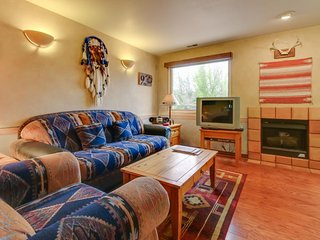 Southwest-style condo w/ patio space & shared pool - short drive to Arches!