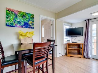 Charming, dog-friendly home, close to shops & restaurants - minutes to beach!