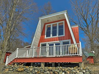 Lake Champlain Cottage - 150 ft Beachfront w/Boats