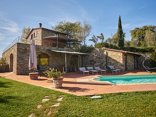Villa Gaiole features all the comforts and a wonderful panoramic Tuscan Villa in