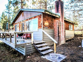 ~Lakefront~Lakeside Romantic Couples Cabin~Toasty Wood Fireplace~