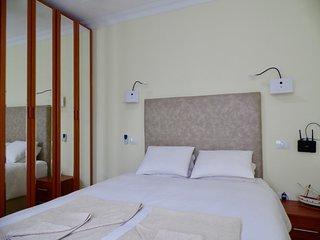 Bedroom 1, HQ bed (memory foam) 150cm x 200cm), 3 wardrobes, ceiling fan, reading lights, wifi.