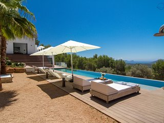 Luxury 6 bedroom with spectacular views excellent location swimming pool