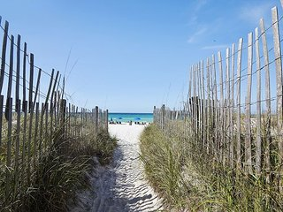 Unique townhome centrally located in PCB! Rent this PET FRIENDLY CONDO~!