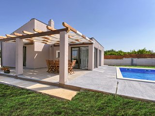 Bobo holiday house with Pool and 2 Bedrooms, Playground, Pets