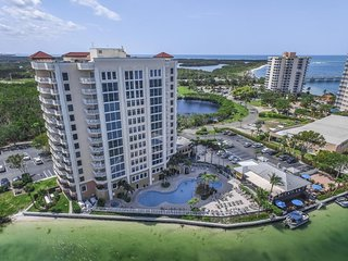 Bayfront condo with shared hot tub, pool, easy access to the beach!