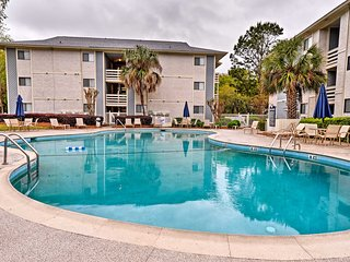Resort-Style Hilton Head Condo - Walk to Beach!