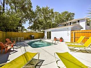 St. Petersburg Apt w/ Shared Pool - 5 Mi to Beach!