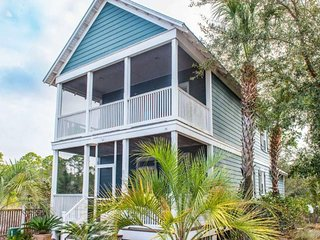 NEW LISTING! Cozy, colorful cottage w/shared pool, hot tub & gym- near the beach