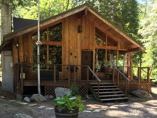 Romantic Rustic River Retreat...A Romantic Cabin On The Icicle River, Minutes Fr