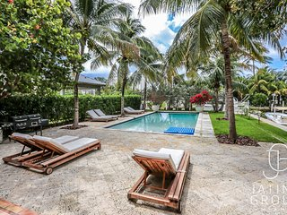 Cozy waterfront Villa with Pool and Boatslip! LUXURY