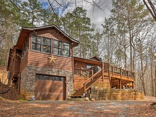 Secluded & Luxury Ellijay Cabin w/ Hot Tub & Deck!