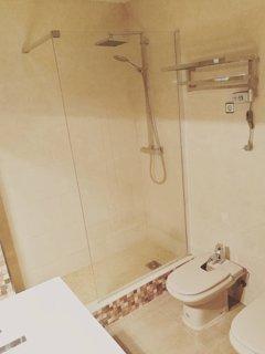 Baño en planta superior recien reformado con amplia ducha/ toallero calefactable.