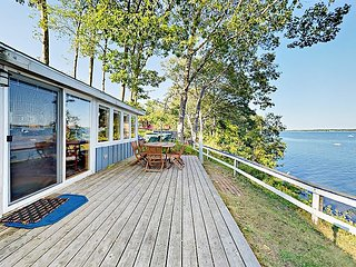 Fall Savings! Waterfront 1BR Cottage w/ Fireplace & Deck? Minutes to Downtown