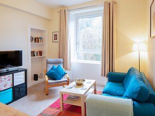 Warm cosy flat by Haymarket, sleeps 4. Fast WiFi.