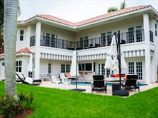 4b/6bth - Spacious Family Home with Pool on Canal, Close to Beach!