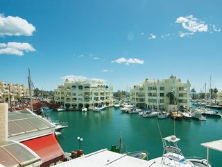 2 bedroom Apartment with Air Con and Walk to Beach & Shops - 5609558