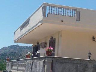 villa ,IL BELVEDERE, immersa nel verde a 1 km dal mare, parcheggio e wifi gratis