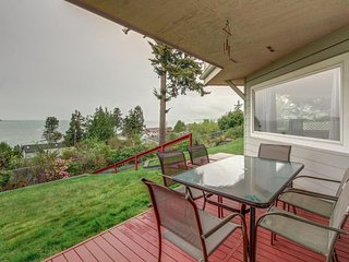 Bright getaway w/ waterviews, private hot tub, free WiFi, blocks to beach!
