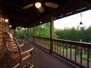Luxurious cabin w/mountain views, private hot tub & paved road access - dogs OK!