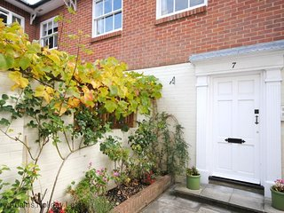 The Apartment - Sleeps 2 in Central Chichester with Parking