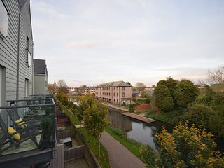 Canal Walk - Superbly appointed family home on Chichester Canal Water Front
