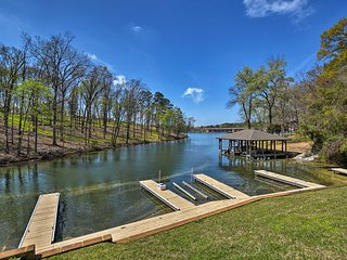 New! Lakefront Hot Springs Condo w/ Pool & Docks!