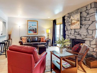 Cozy resort condo w/shared hot tub within walking distance to ski lifts
