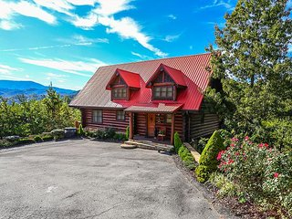 PARADISE IN THE SMOKIES! LUXURY, PRIVATE 4/3 LOG HOME W/ SPECTACULAR VIEWS!