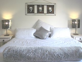 Beautiful elevated self-catering studio with stunning sea and country views.
