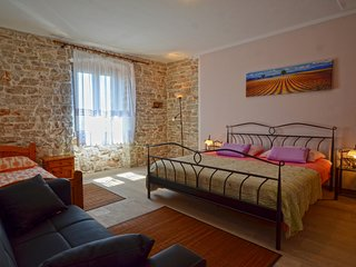 Holiday stone house 7+1 offer breakfast