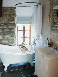 Cottage roll-top bath