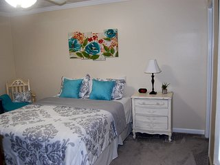 SLEEPS 8-9! Adorable Ranch-10 Min to Braves Stadium! Privacy, Comfort & Luxury!