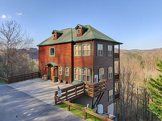 5 Bedroom City & Mtn. View, in Gatlinburg & Aquarium, Wi-Fi,Hot Tub