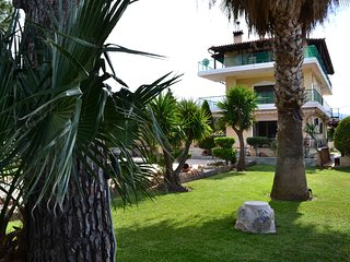Unwind in a Spacious flat with Gardens near Beach