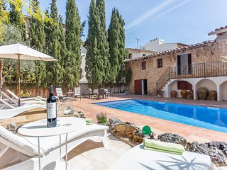 Family apartment in the beautiful old manor with a pool & garden, sleeps 4