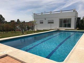 Chalet con piscina y 1000m2 de jardín, columpios, Mesa de tenis
