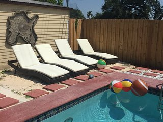 HEART OF HOLLYWOOD POOL HOME SLEEPS 11