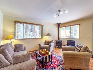 Cozy cabin in the redwoods w/ large deck & incredible forest/meadow views!