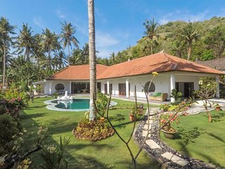 Villa 3-bedroom with pool and tropical garden, close to beach