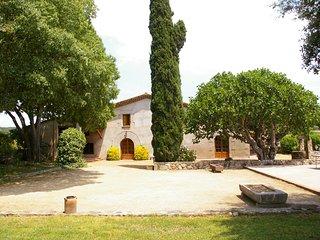 Masía típica catalana, situada en un entorno rural, a las afueras del pueblo