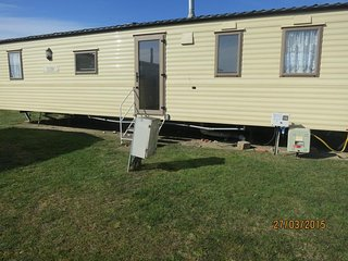 6 Berth Caravan in Seashore Haven Holiday Park. Great Yarmouth. Ref 22030 FS