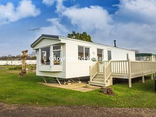 6 Berth Caravan in Manor Park Holiday Park. Hunstanton. Ref 23029 Tudor